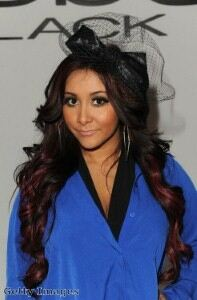 Pregnant Snooki shops in skintight leggings