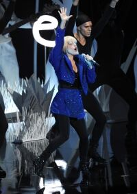 Gaga flaunts leggings at VMAs